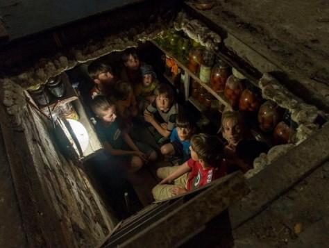 Uno scatto di Andy Rocchelli. Un gruppo di dieci bambini, adottati dalla famiglia Kushov, nascosti in un rifugio antibombe a Sloviansk, la località dove Rocchelli è stato ucciso. La città si trova nella regione di Donetsk ed è teatro di combattimenti sempre più pesanti tra i separatisti filorussi e l'esercito di Kiev. Il lavoro è stato pubblicato il 19 maggio dalla Novaya Gazeta, il giornale d'opposizione dove lavorava anche la celebre reporter di guerra, Anna Politkvoskaya, assassinata nel 2006 a Mosca