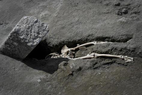 pompei, scheletro uomo in fuga